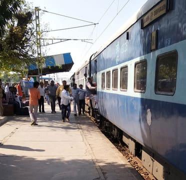 इस बार आउटर पर ट्रेन रुकवा कर चढ़े मंत्री सुरेश खन्ना