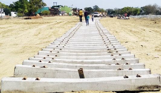 बिछने लगे शाहजहांपुर-पीलीभीत रेलवे ट्रैक के लिए रेल स्लीपर, नया पुल बनाने की तैयारी