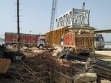 किसानों ने रोका रेल-रोड ब्रिज का निर्माण