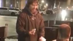 बेघर शख्स ने मांगे पैसे, युवक ने दिया ATM कार्ड और PIN नंबर, जानें क्या हुआ फिर...