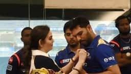 IPL 2019: मुंबई इंडियंस की हार के बाद ड्रेसिंग रूम में युवी हुए सम्मानित- video