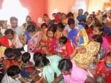 गजरौला के ललिता देवी मंदिर में जुटे श्रद्धालु, कराया बच्चों का मुंडन