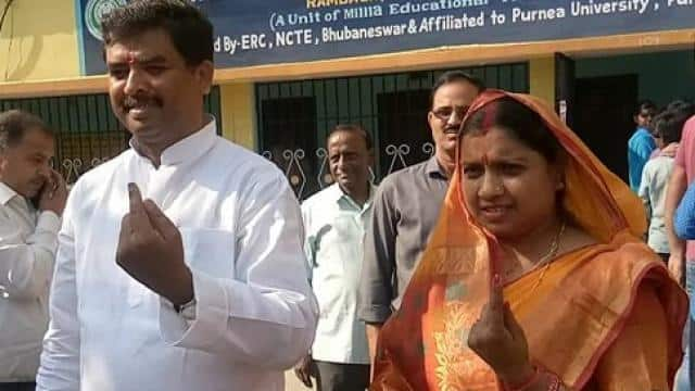 jdu candidate with wife