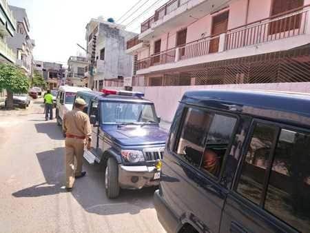 मतदान प्रभावित करने के आरोप के बाद स्वामी प्रसाद मौर्य के घर की तलाशी, गिरफ्तारी के आदेश