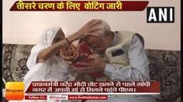 गुजरात: मतदान से पहले प्रधानमंत्री नरेंद्र मोदी ने गांधीनगर में अपनी मां का आशीर्वाद लिया