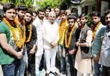 कांग्रेस छोड़कर भाजपा में शामिल हुए कार्यकर्ताओं का स्वागत किया
