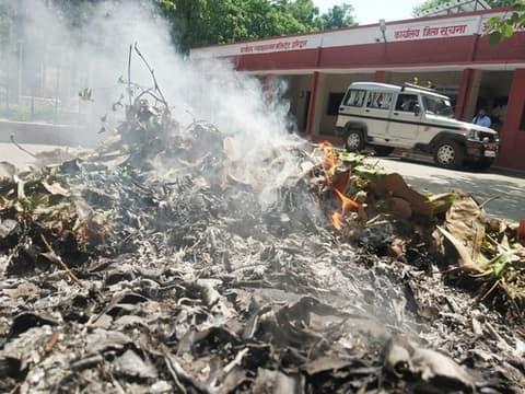 सिटी मजिस्ट्रेट कार्यालय परिसर में खुलेआम जल रहा है कूड़ा