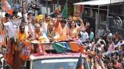 Sapna Choudhary ने दिल्ली में मनोज तिवारी के लिए किया रोड शो, लोगों से की वोट डालने की अपील