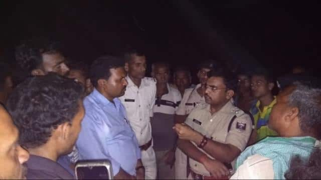 villagers created hostage to policemen on leaving criminals in supaul