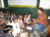 टीचर बने डीएम रामपुर, जमीन पर बैठकर बच्चों को सिखाई वर्णमाला