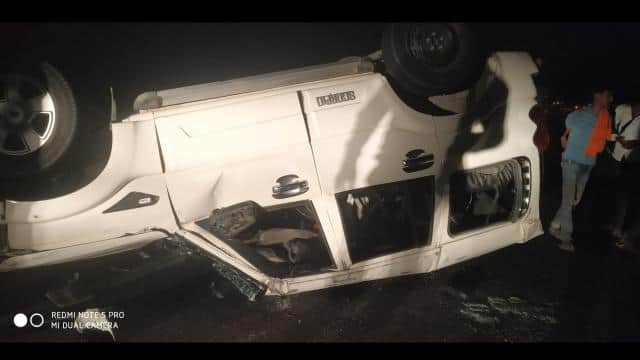 one barati killed and five others injured during collision of vehicle of baraties with tree in jamu