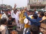 UP Election Results : भाजपा कार्यकर्ताओं ने खुशी में उड़ाए नोट