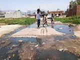 मुस्लिम बस्ती में सीवर लाइन चोक होने से सड़कों पर बह रहा गंदा पानी