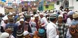 ईद में गले मिलकर लोगों ने किया खुशियों का इजहार