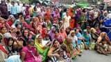 कानपुर रोड पर शव रखकर लगाया जाम, पुलिस से भिड़ीं महिलाएं