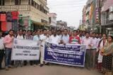 आक्रोश: बैंककर्मियों ने निकाला कैंडल मार्च