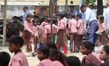 भरी दोपहरी में निकाली रैली, धूप व गर्मी से बिलबिलाए बच्चे