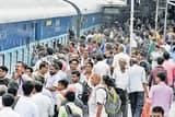 ट्रेनों में सीट को मारामारी दरवाजे पर लटक कर यात्रा
