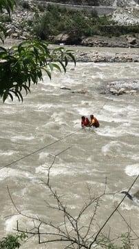 भागीरथी नदी के बीच टापू में फंसे युवक को सुरक्षित निकाला