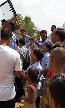 संभल में खाई में लटकी स्कूली बस, ग्रामीणों ने बचाए बच्चे