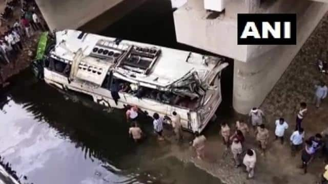 bus accident at yamuna expressway