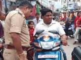 बिना हेलमेट मोबाइल से बाइक पर बतियाते जा रहे पकड़े गए