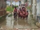 गंदे पानी से होकर गुजरते हैं स्कूली बच्चे
