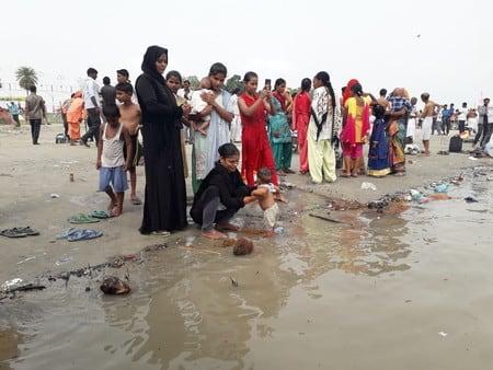 मुस्लिम परिवार ने पुत्री को कराया गंगा स्नान
