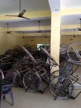 छह माह से मांडा ब्लॉक में पड़ी 55 ट्राई साइकिल खा रही जंग
