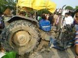 ट्रक ने रोड किनारे खड़े ट्रैक्टर को टक्कर मारी, पलटा