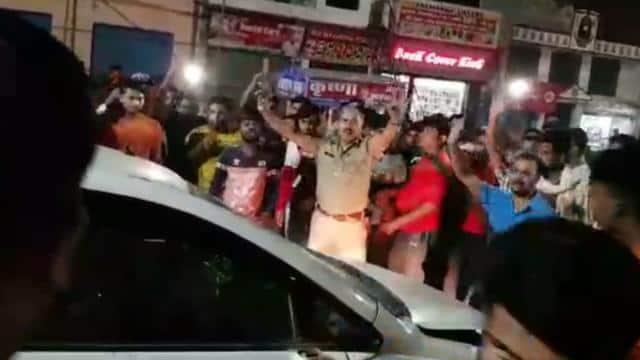 युवती को टक्कर मारने पर भीड ने दो युवकों को धुना, कार में तोड़फोड़