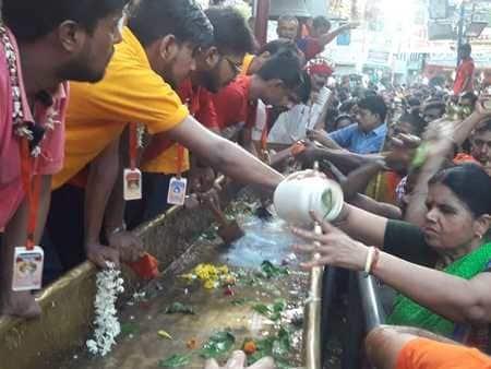 सावन की पहली सोमवारी पर गरीबनाथ मंदिरों में जलाभिषेक को उमड़े श्रद्धालु