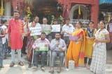 दिव्यांग भाईयों ने मंदिर पर श्रद्धालुओं को पौधे वितरिए किए