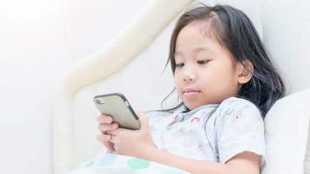 child using mobile  symbolic image