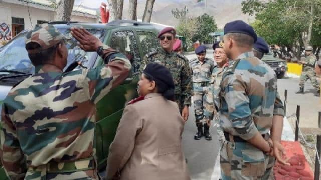 ms dhoni with indian army in leh  photo  twitter