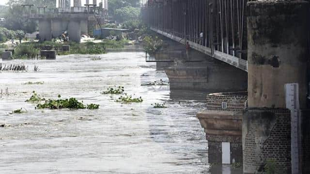 delhi govt calls meeting as yamuna surges people moving to safer places