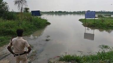 yamuna crosses danger level in delhi evacuate 24 000 people