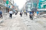 सड़क निर्माण में बिजली विभाग का ब्रेकर, दिक्कत में राहगीर