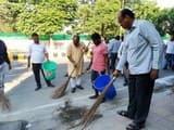 रामपुर में जिला पंचायत अध्यक्ष ने लगाई झाड़ू