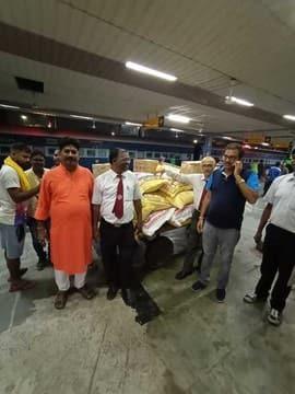 टाटानगर के रेलकर्मियों ने बिहार के बाढ़ पीड़ितों के लिए भेजी सामग्री