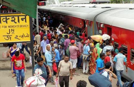 ट्रेनों में ठसाठस भीड़, जमालपुर स्टेशन पर ठेलमठेल