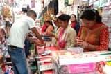 करवाचौथ की खरीदारी के लिए उमड़ी महिलाओं की भीड़