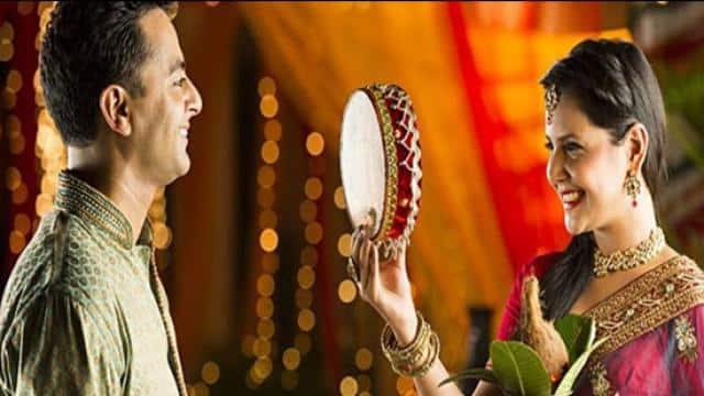 Karva Chauth 2020: कोरोना काल में घर में ही इस विधि से मनाएं करवा चौथ