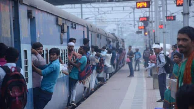 रेलवे ने कमाई के लिए दिखाई चालाकी, मजबूर यात्रियों की जेब पर चुपके से चलाई कैंची