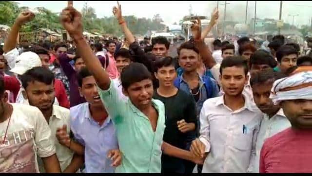 परीक्षा की तारीख घोषित कर भूला कॉलेज तो गुस्साए छात्रों ने एनएच 327 ए पर लगाया जाम