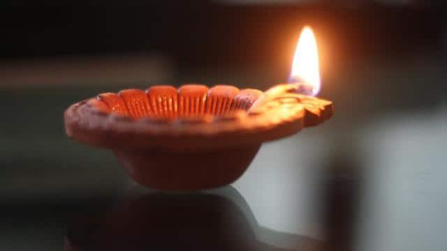 Happy Diwali: दिवाली पर अपने-अपनों को ऐसे दें मुबारकबाद