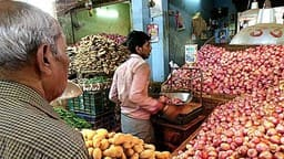 onion prices rise again  reached rs 100 per kg in markets