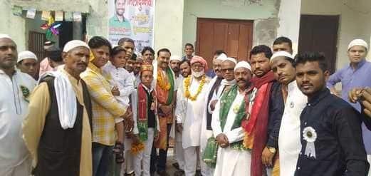 हिन्दू मुस्लिम भाइयों ने गले मिलकर दी मुबारकबाद