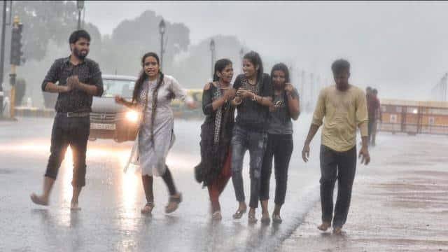दिल्ली-NCR में बारिश से मौसम ने ली करवट, हवा भी सुधरने की उम्मीद
