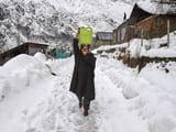 PHOTOS: श्रीनगर में बर्फबारी से जनजीवन बाधित, सड़कों पर जमी बर्फ